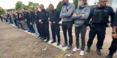 Protestas-de-la-policía-Francesa-arrojando-al-suelo-sus-esposas-1-696x371